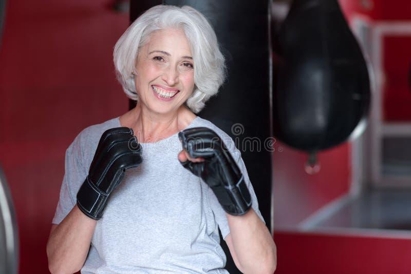 Uśmiechnięte starsze kobiety mienia ręki jak bokser zdjęcia stock