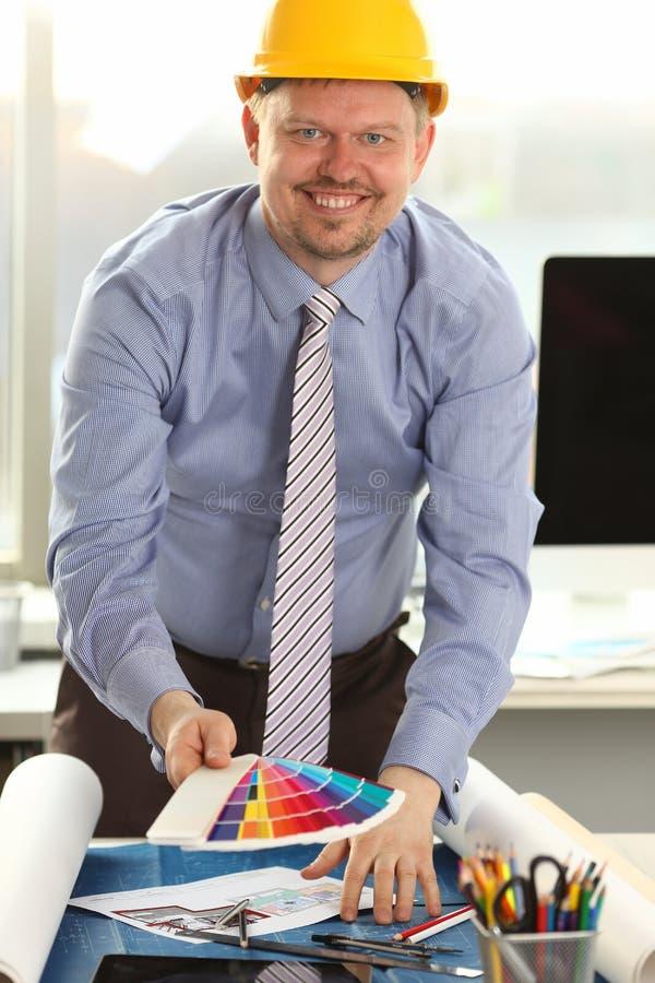 Uśmiechniętego Męskiego architekta budynku Rysunkowy nakreślenie zdjęcie stock