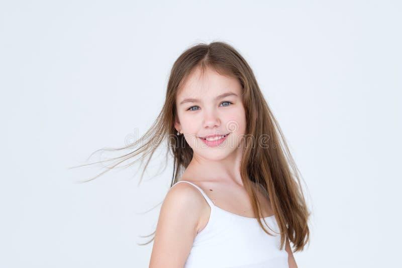 Uśmiechniętej ładnej dziewczyny mody modela młody portret zdjęcie stock