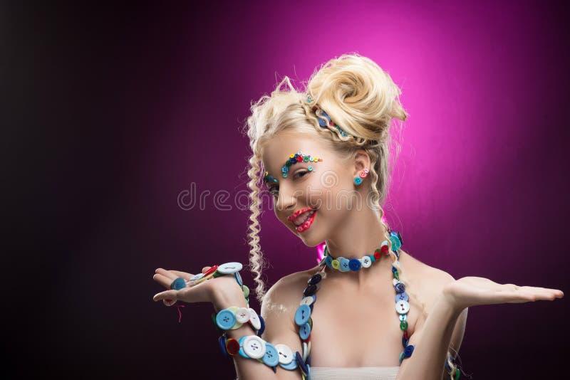 Uśmiechniętej ślicznej twarzy blondynki dziecka ładna dziewczyna jest ubranym DIY bijou acces obraz royalty free