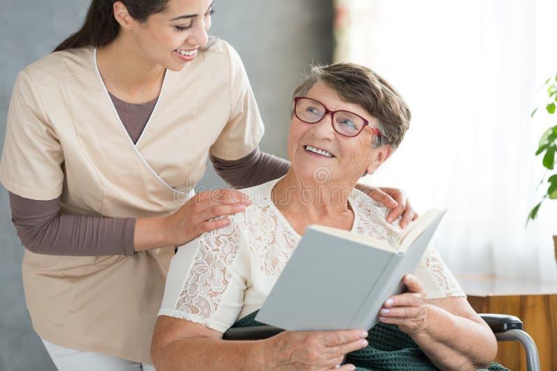Uśmiechniętej babci czytelnicza książka obrazy royalty free