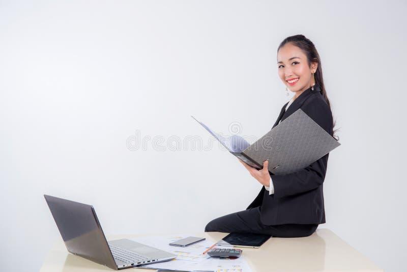 Uśmiechniętej bizneswomanu mienia kartoteki przyglądający dokument zdjęcie royalty free