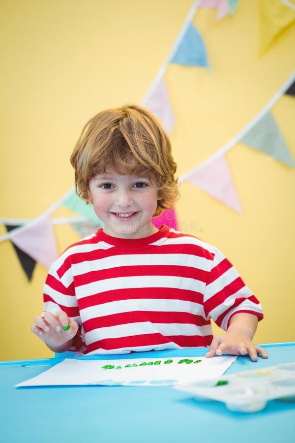 Uśmiechniętej chłopiec palcowy obraz obraz stock