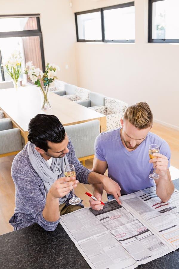 Uśmiechniętej homoseksualnej pary otaczające reklamy obraz stock