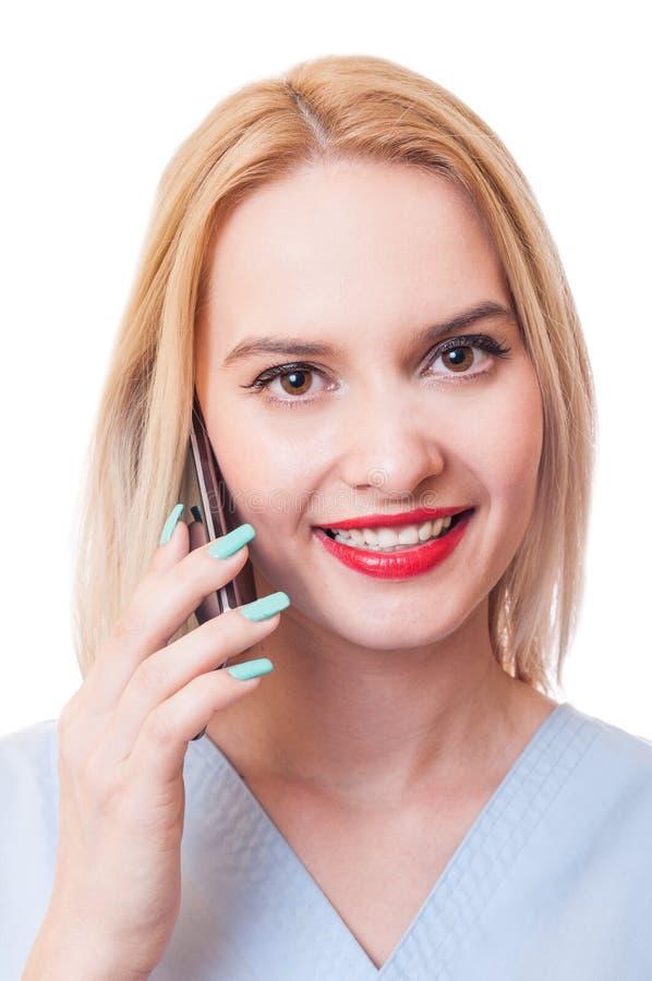 Uśmiechniętej kobiety doktorski używa smartphone fotografia royalty free