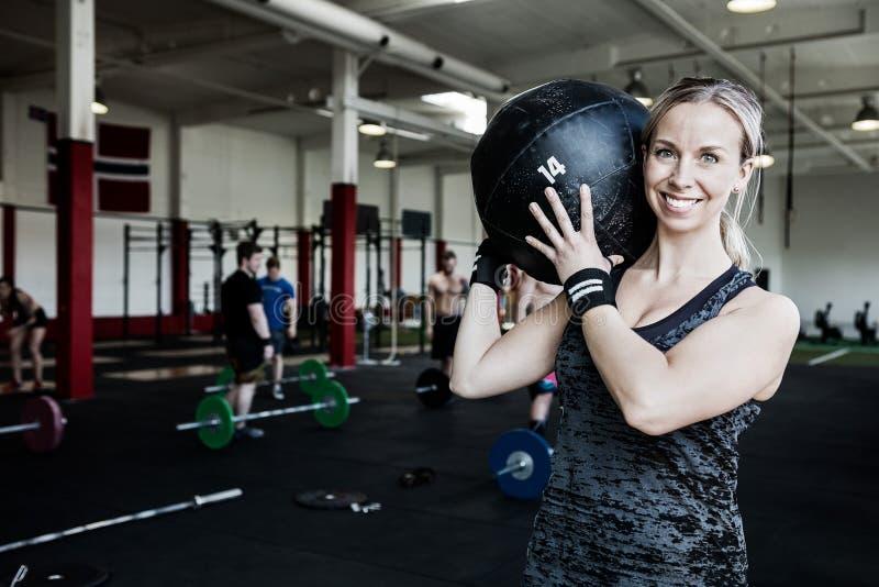 Uśmiechniętej kobiety medycyny Podnośna piłka zdjęcie royalty free