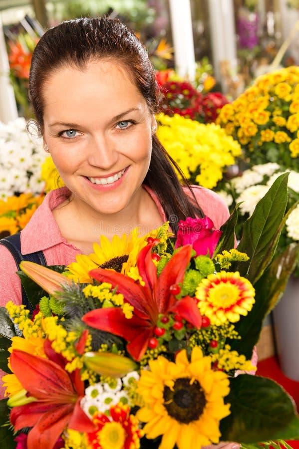 Uśmiechniętej kwiaciarni kobiety bukieta kwiatu kolorowy rynek zdjęcie royalty free