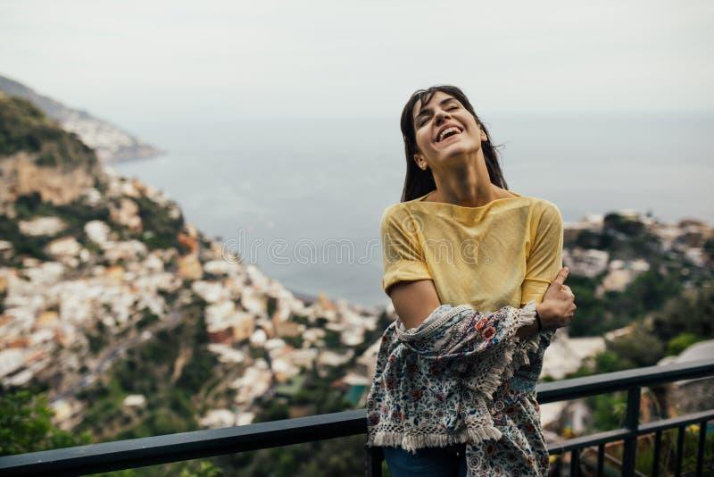 Uśmiechniętej młodej kobiety enoying seaview w Positano, Włochy Wakacje na Amalfi coastHappy turyście w Europa Włoszczyzny brzego obraz stock