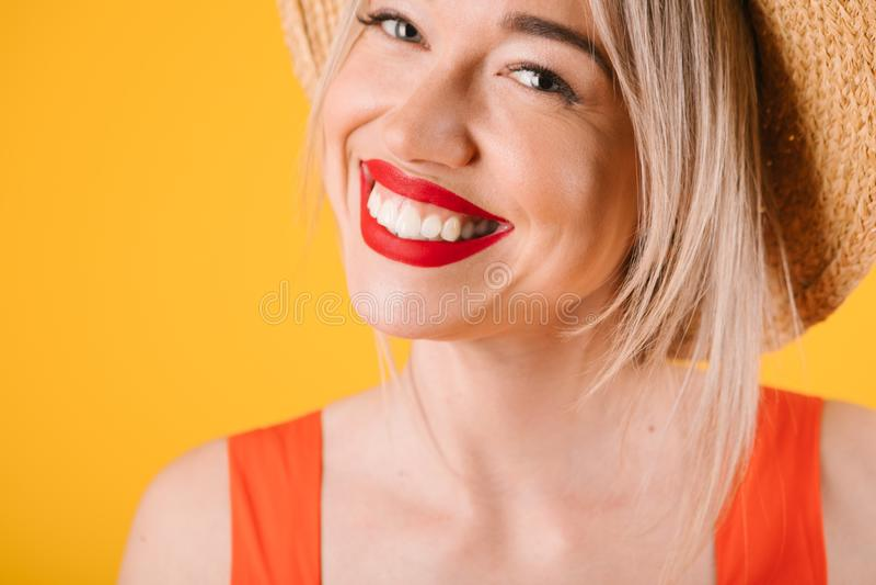 Uśmiechniętej pięknej ząb blondynki urocza kobieta Lato czasu ciepli kolory czerwoni i żółci obraz stock