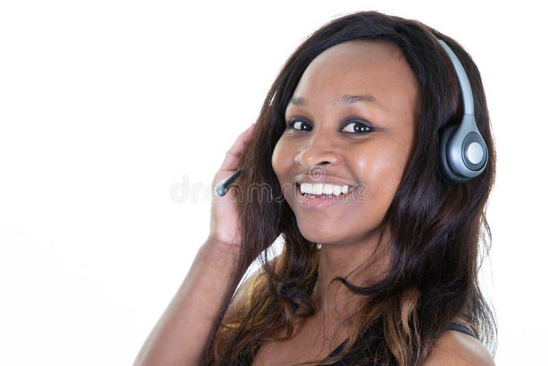 Uśmiechniętej szczęśliwej brazylijskiej afrykańskiej murzynki słuchająca muzyka zdjęcie royalty free