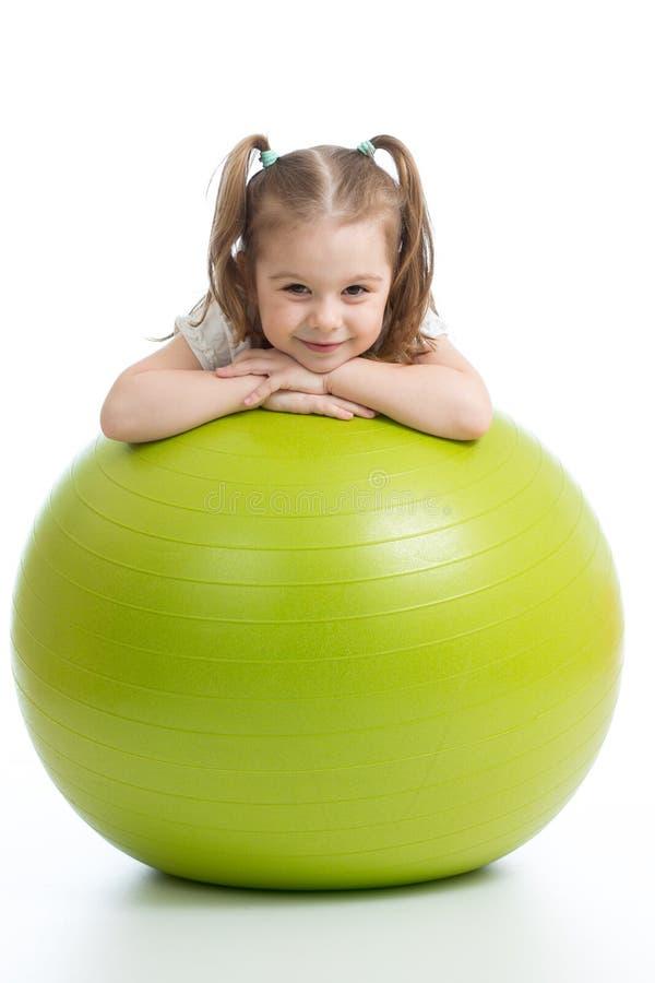 Uśmiechnięty ładny dziecko z sprawności fizycznej piłką pojedynczy białe tło obraz stock