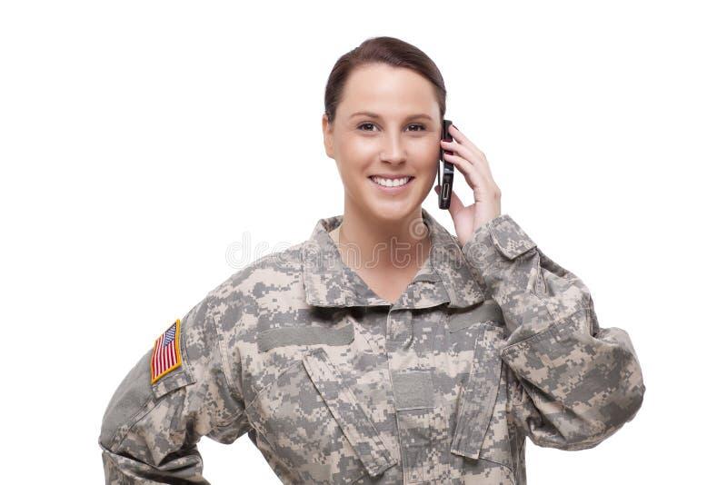 Uśmiechnięty żeński żołnierz używa telefon komórkowego obrazy stock