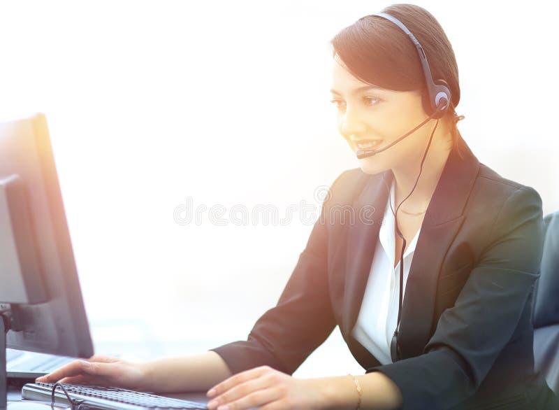 Uśmiechnięty żeński obsługa klienta telefonu operator przy miejscem pracy obraz royalty free