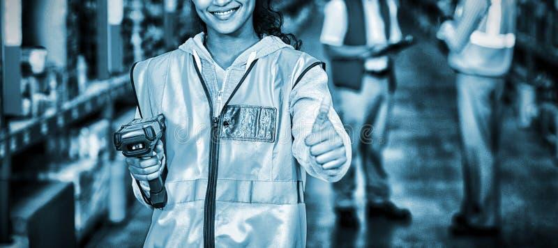 Uśmiechnięty żeński pracownik z kciukiem up obrazy stock