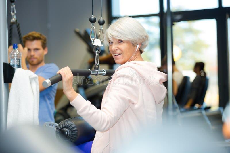 Uśmiechnięty żeński senior w gym zdjęcia royalty free