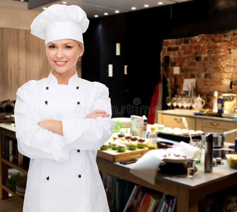 Uśmiechnięty żeński szef kuchni z krzyżować rękami fotografia royalty free