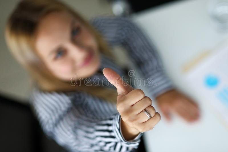 Uśmiechnięty żeński urzędnika seansu OK lub potwierdza znaka z kciukiem w górę zdjęcia stock