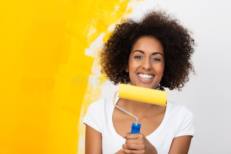 Uśmiechnięty amerykanin afrykańskiego pochodzenia kobiety redecorating zdjęcia royalty free