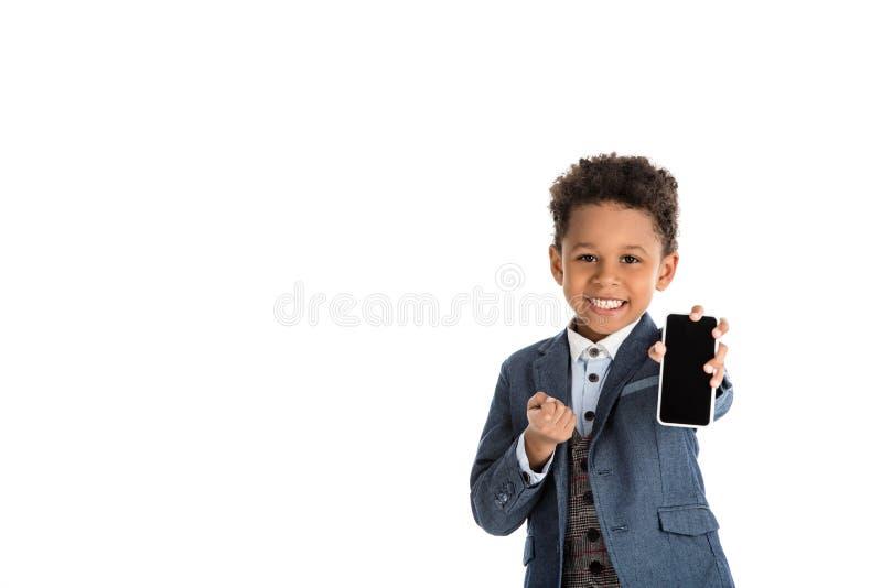 uśmiechnięty amerykanina afrykańskiego pochodzenia dzieciak pokazuje smartphone zdjęcie royalty free