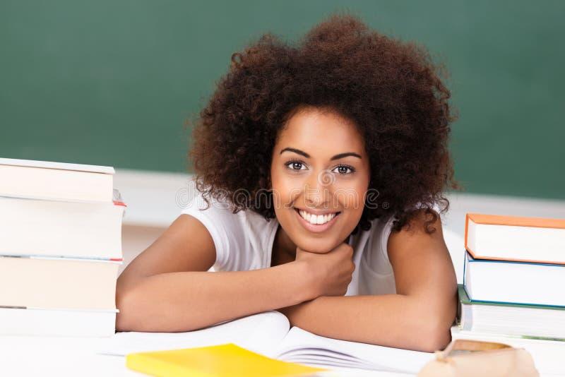 Uśmiechnięty amerykanina afrykańskiego pochodzenia uczeń z ona książki obrazy royalty free