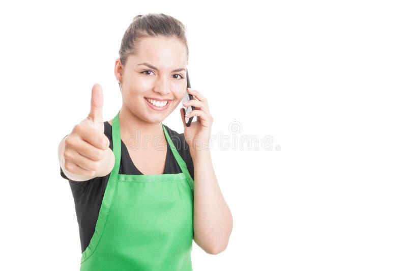 Uśmiechnięty atrakcyjny pracownik dzwoni somebody obraz stock