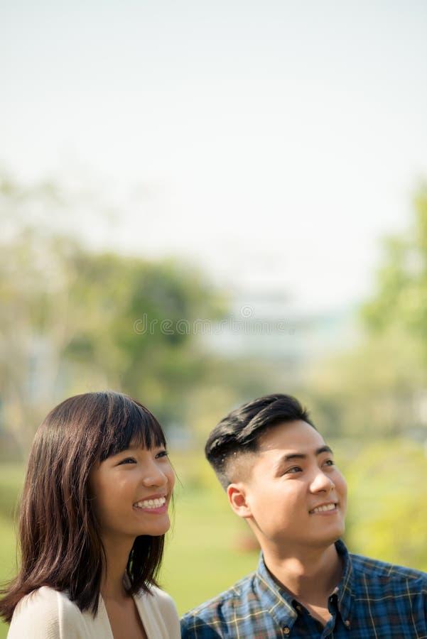 Uśmiechnięty Azjatycki mężczyzna i kobieta fotografia royalty free