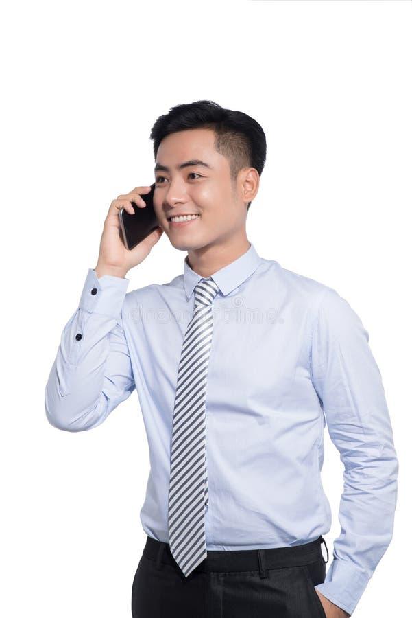 Uśmiechnięty azjatykci biznesowy mężczyzna, dzwoni zdjęcie royalty free