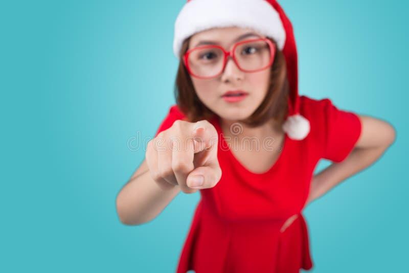 Uśmiechnięty azjatykci kobieta portret z bożego narodzenia Santa kapeluszem odizolowywał o obraz stock
