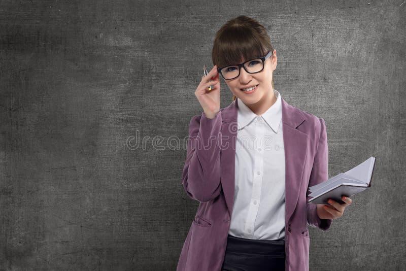Uśmiechnięty azjatykci nauczyciel z książkową pozycją zdjęcie stock
