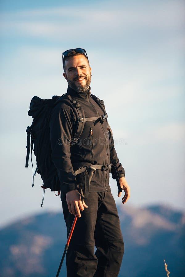 Uśmiechnięty backpacker w świetle słonecznym fotografia royalty free