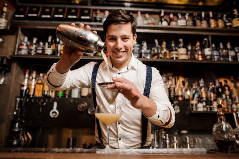 Uśmiechnięty barman z galanteryjnym koktajlem fotografia royalty free