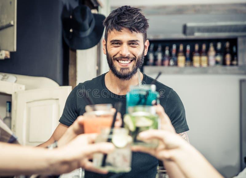 Uśmiechnięty barman z koktajl grzanką zdjęcie stock