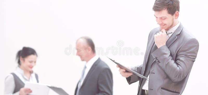 Uśmiechnięty biznesmen czyta dokument, stoi na schodkach obraz stock