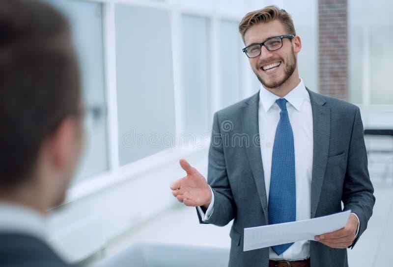 Uśmiechnięty biznesmen dosięga out dla uścisku dłoni obrazy royalty free