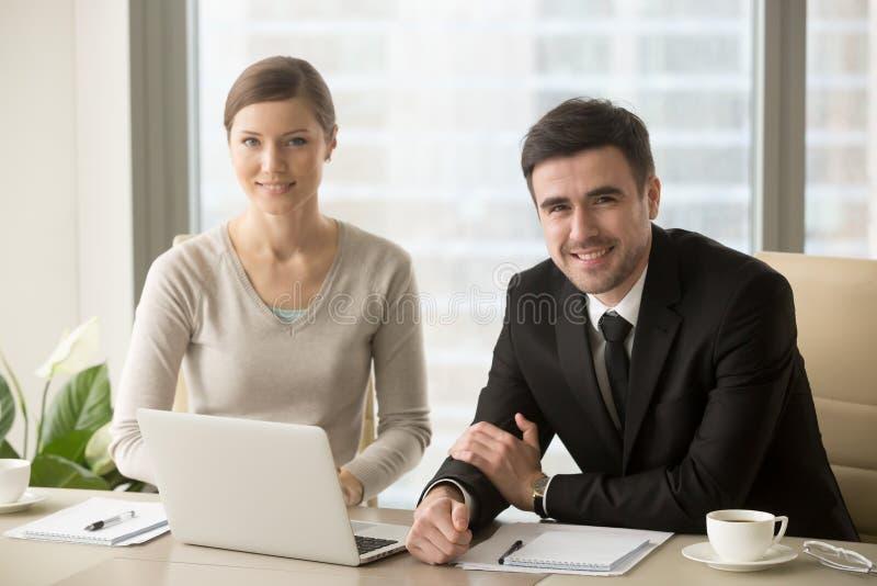 Uśmiechnięty biznesmen i bizneswoman patrzeje kamerę, biznes fotografia royalty free