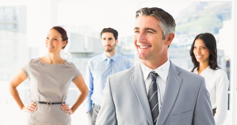 Uśmiechnięty biznesmen i jego pracownicy zdjęcia stock