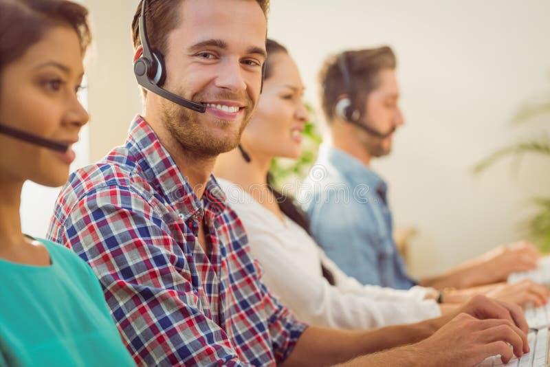 Uśmiechnięty biznesmen pracuje w centrum telefonicznym obrazy royalty free