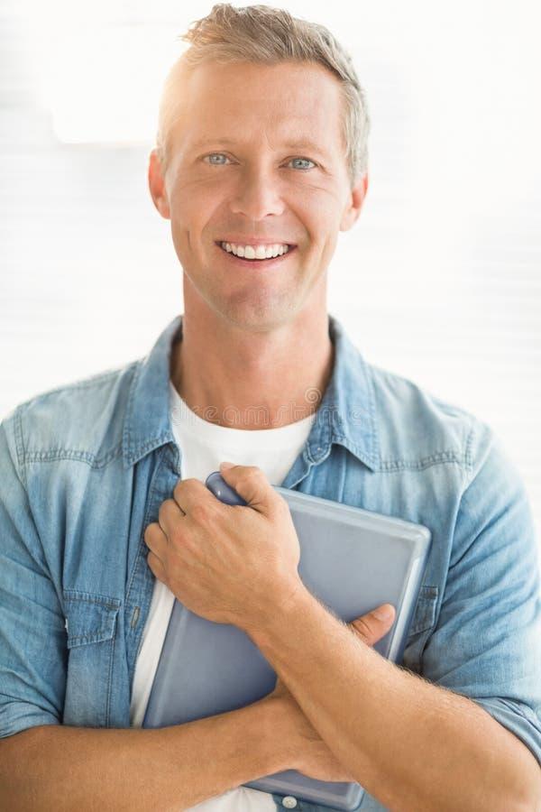 Uśmiechnięty biznesmen trzyma pastylkę obraz stock