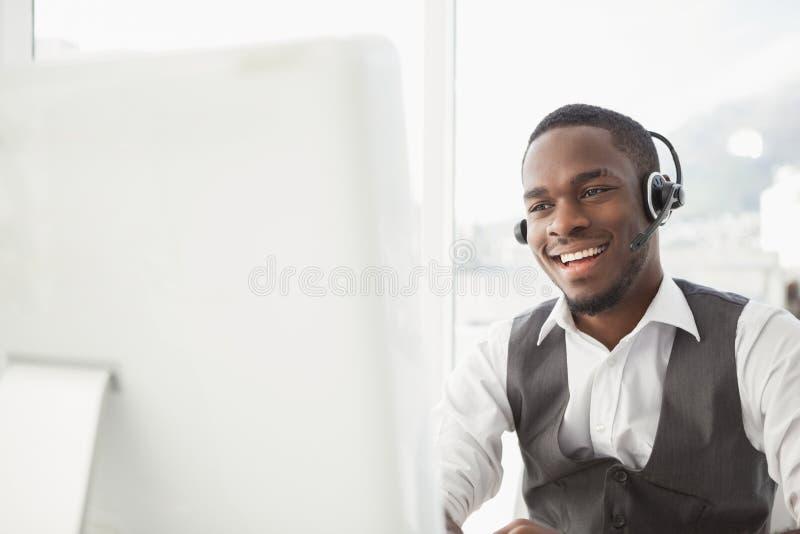 Uśmiechnięty biznesmen z słuchawki oddziałać wzajemnie fotografia royalty free
