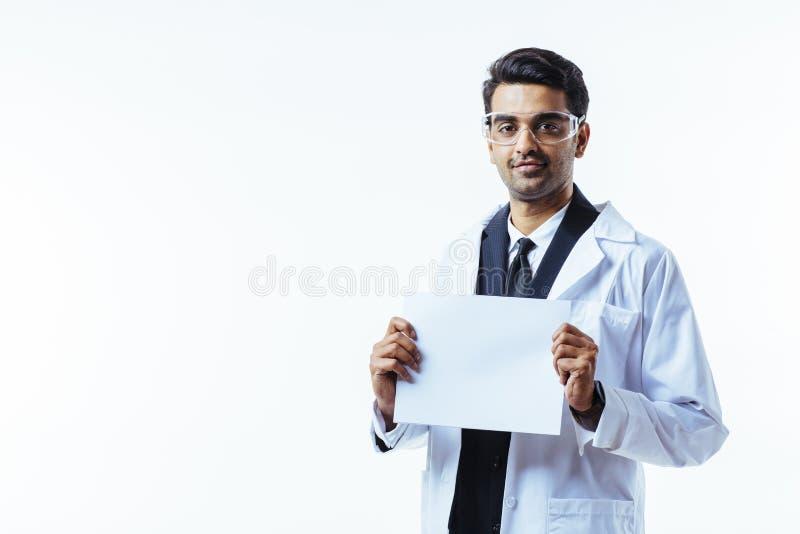 Uśmiechnięty biznesowy mężczyzna patrzeje kamerę jest ubranym ochronnych szkła zdjęcia stock