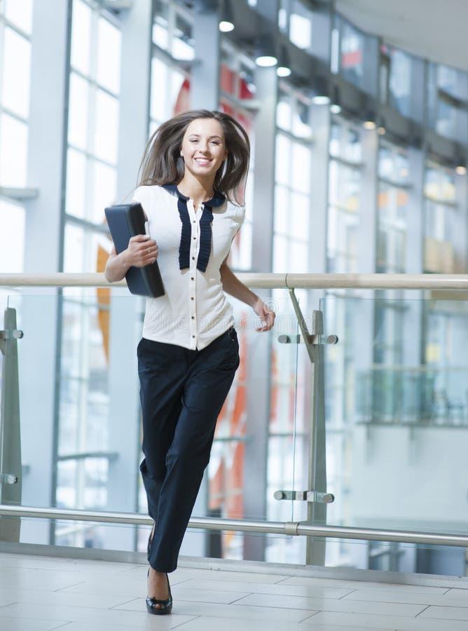 Uśmiechnięty bizneswoman biega w kierunku kamery fotografia stock