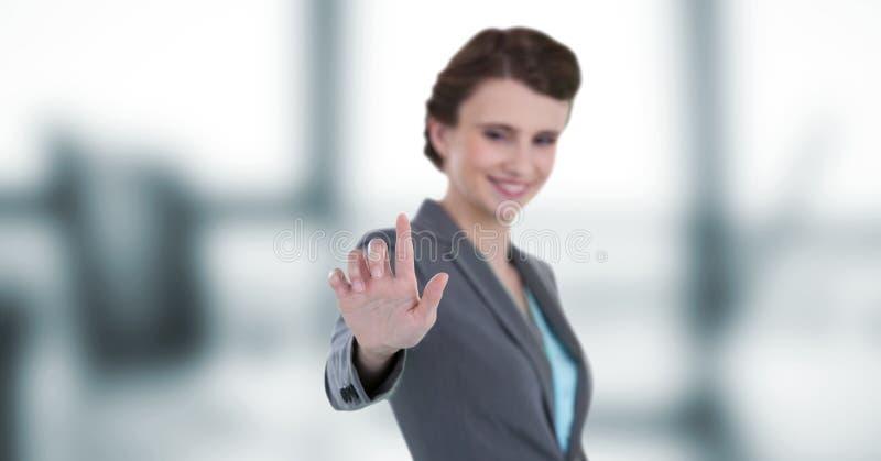 Uśmiechnięty bizneswoman dotyka imaginacyjnego ekran obrazy stock
