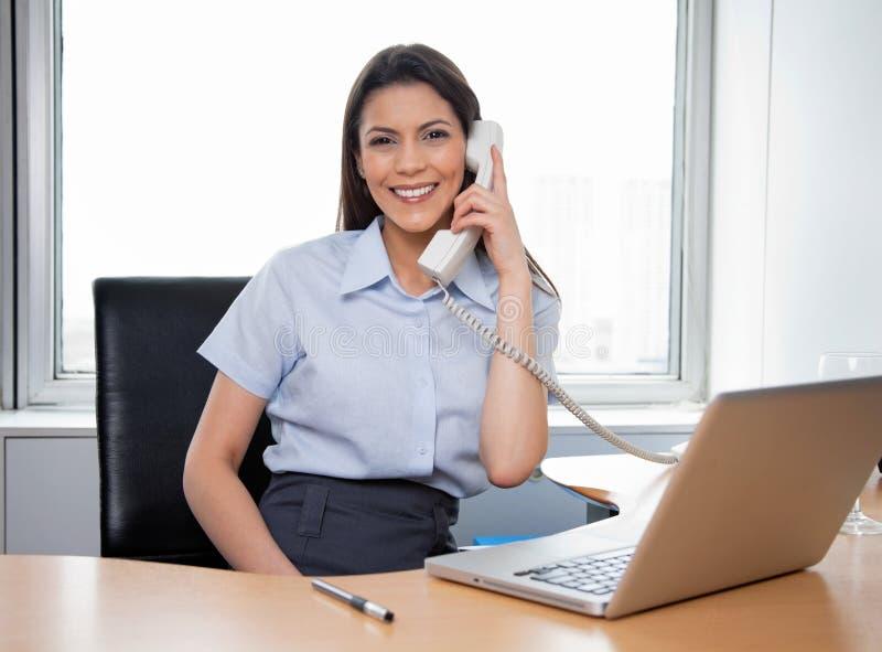 Uśmiechnięty bizneswoman Opowiada Na telefonie obrazy royalty free