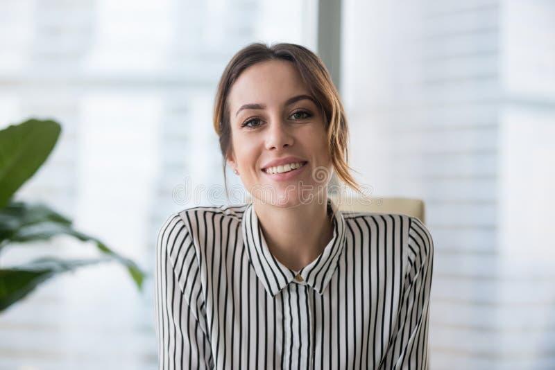 Uśmiechnięty bizneswoman patrzeje kamery kamerę internetową robi konferencyjnemu biznesu wezwaniu zdjęcie stock