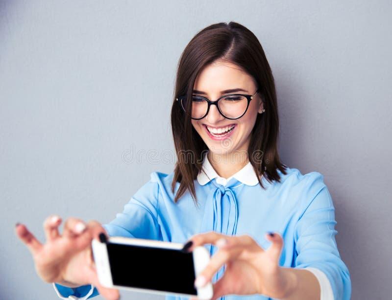 Uśmiechnięty bizneswoman robi selfie fotografii zdjęcie stock