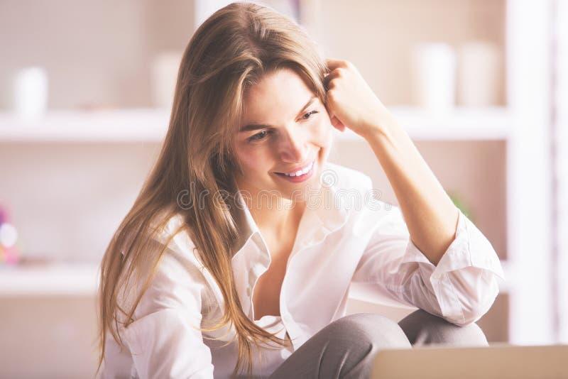 Uśmiechnięty bizneswoman używa laptop zdjęcie stock