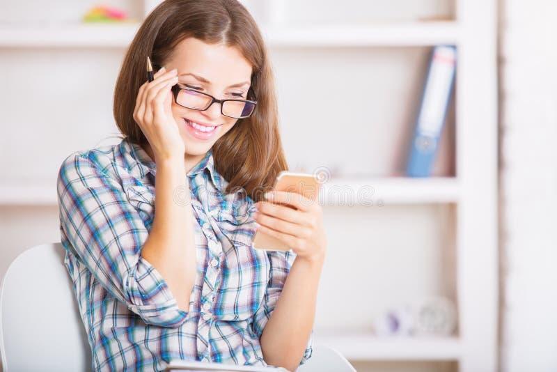Uśmiechnięty bizneswoman Używa telefon komórkowego obraz stock