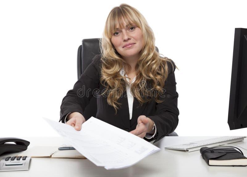 Uśmiechnięty bizneswoman wręcza nad dokumentem fotografia stock