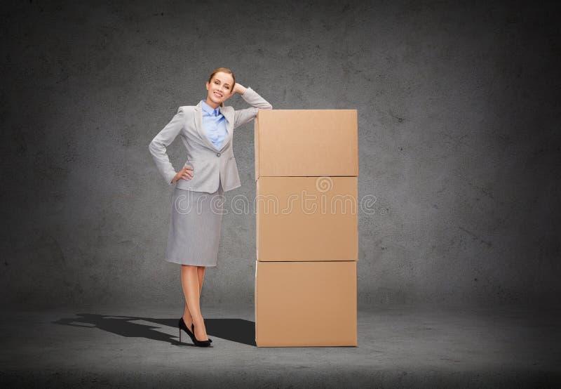 Uśmiechnięty bizneswoman z kartonami fotografia stock