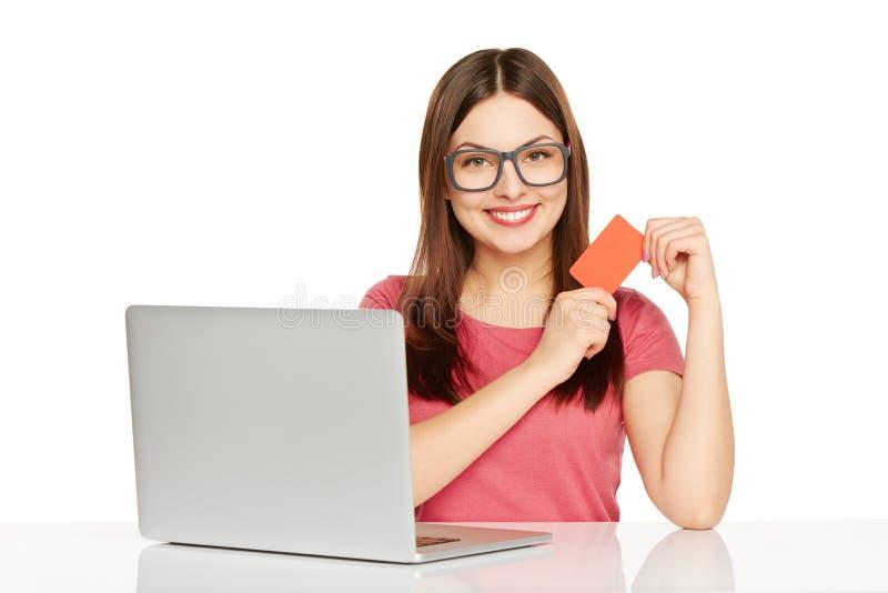 Uśmiechnięty bizneswoman z laptopem i kredytową kartą fotografia stock